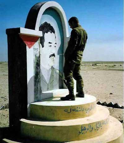 Saddam Hussein et le respect qu un soldat lui porte :p