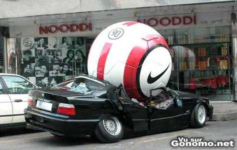Le choc entre un ballon de foot et une voiture. Le gagnant n est pas celui qu on pense
