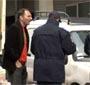 Coup de pub : un mec laisse des billets sur les voitures ayant des PV