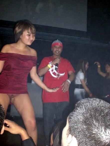 Une asiatique sans culotte dans un club ne fait rien pour se cacher