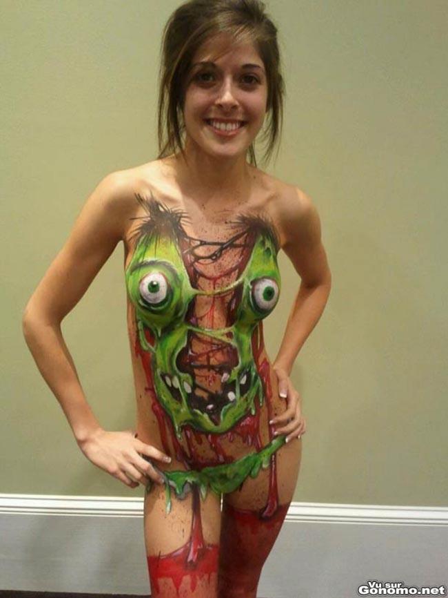 Body painting special Halloween avec cette souriante et craquante brunette totalement nue