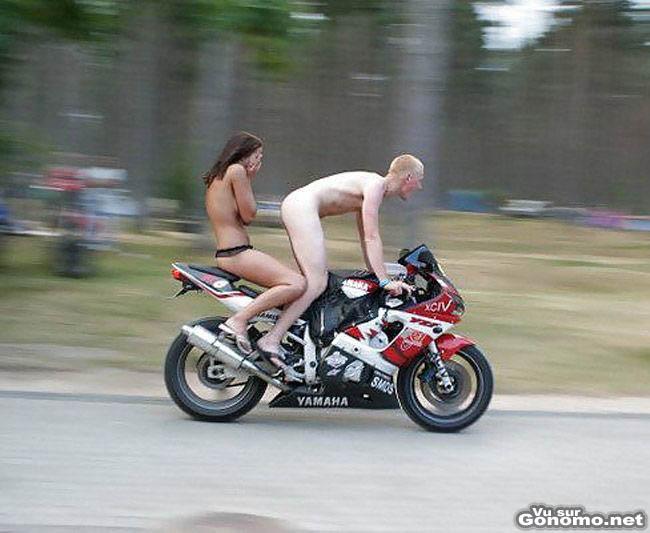 Couple de motard nu : on se demande pour quelle raison la fille se cache les yeux ? lol