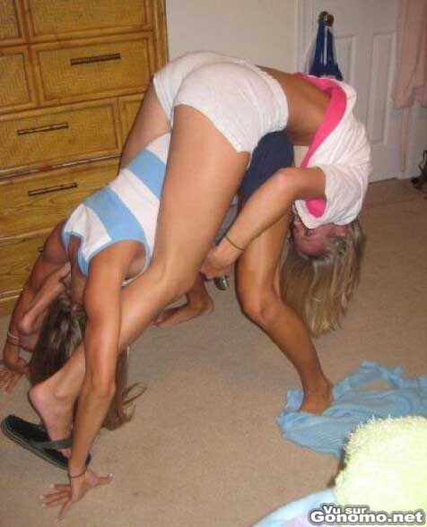 Delire entre copines : deux blondes canons dans une position plutot etrange ...