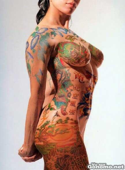 Joli dessin d une femme nue et entierement tatouee