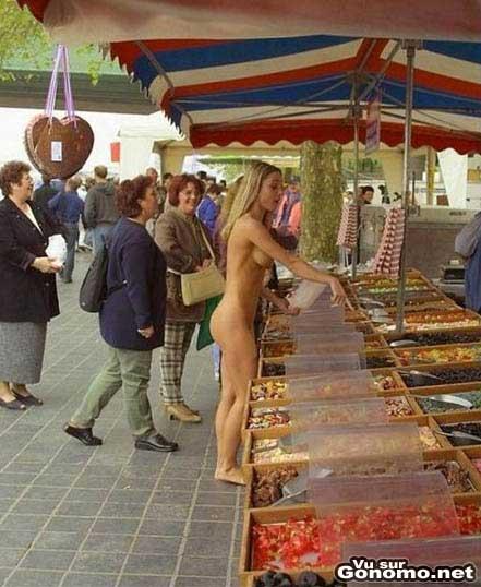 Vido - Une jolie blonde nue en public - MateurExhibcom