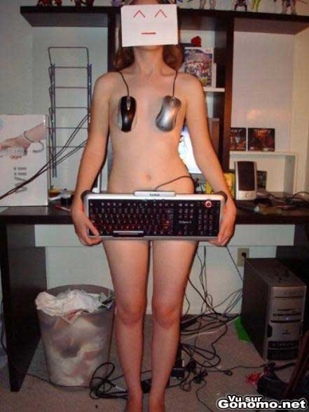 Une geekette nue avec un clavier et des souris pour cacher ses seins et le reste :p