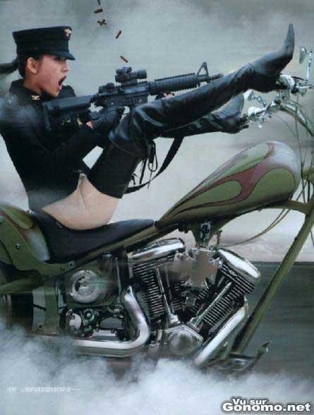 Pilotage de moto les jambes ecartees et avec une arme !