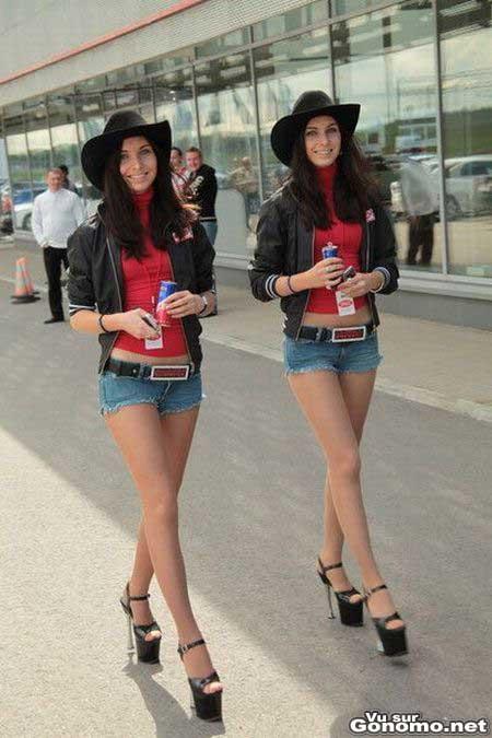 Deux jumelles brunes et sexy avec des jambes interminables habillees de la meme facon