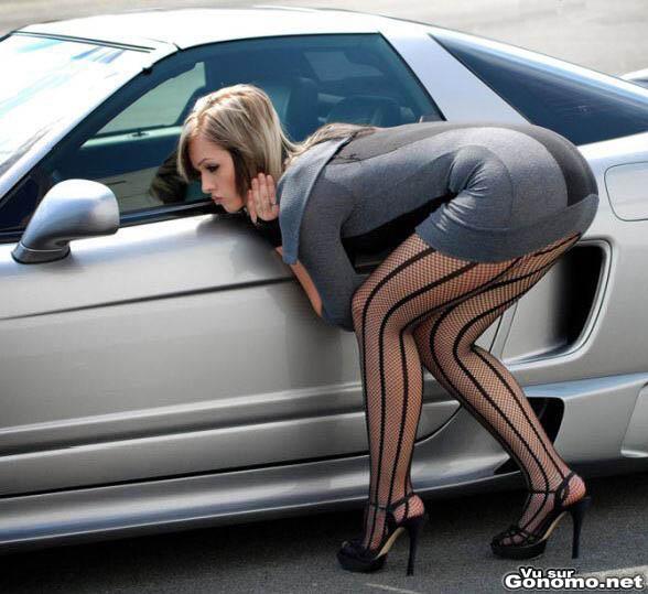 Une bonnasse au cul d enfer controle son maquillage dans le retro d une voiture de sport