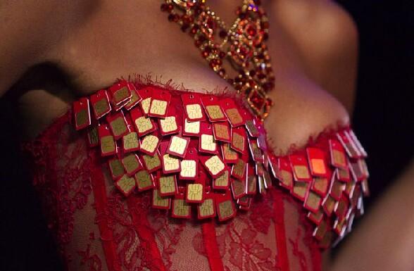 Lingerie de geek avec un beau bustier rouge recouvert de cartes SIM