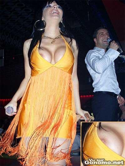 Nipple slip d une chanteuse en live sur scene :)