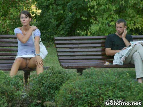 Sans culotte en public : petite pause dans un parc sans culotte pour cette jolie brunette