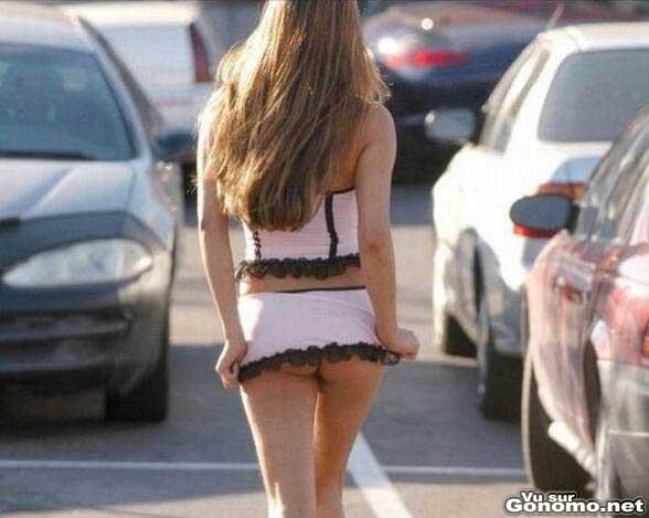 Oops un peu courte finalement cette mini jupe pour sortir sans culotte :p
