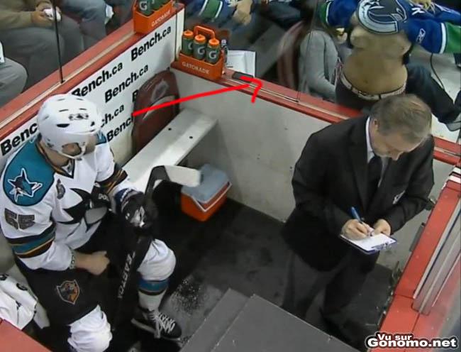 Une vraie fan de hockey sur glace supporte un des joueurs en prison en lui montrant ses seins