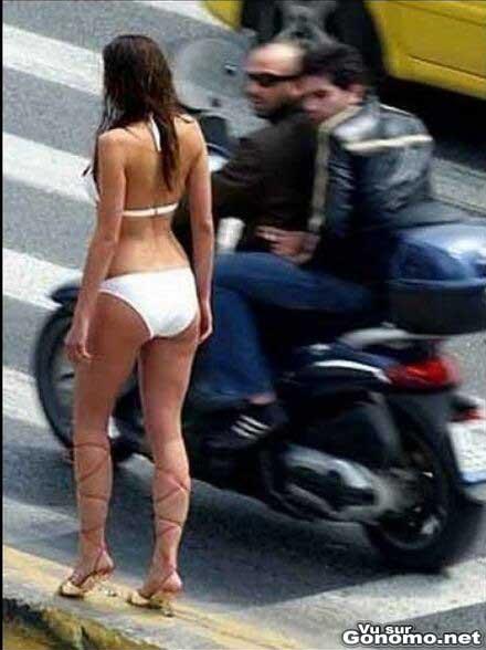 Elle se fait salement reluquer par deux biker