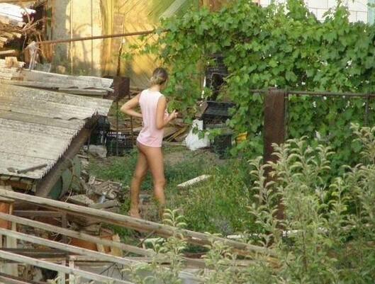 Voisine nue : une vue sympathique sur la voisine qui se balade a poil au milieu de son jardin