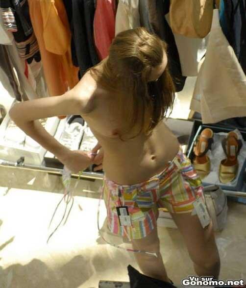 Qui est le petit voyeur qui espionne les femmes nues dans les cabines d essayage ... :p