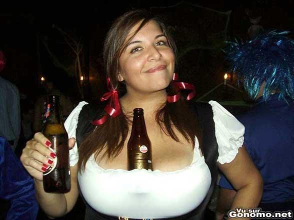 Une femme gatee par la nature se sert de sa poitrine comme d un porte gobelet pour sa biere
