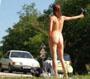 Autostoppeuse nue : voila comment avoir plus de chance de se faire prendre en stop ...