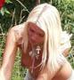 Une belle blonde topless fait de la mecanique est n a visiblement pas besoin d aide