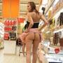 Une belle demoiselle ne portant pas de culotte souleve sa jupe dans un rayon de superrmache :)