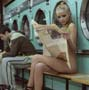 Bombe sexuelle nue a la laverie. Sur que ca vous ait jamais arrive en allant laver votre linge