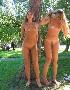 Deux belles blondes completement nues s exhibent tranquillement dans un parc public