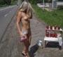 Cette petite blonde nue au bord la nationale va surement vite ecouler son stock de fraises