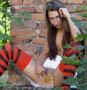 Une belle demoiselle s exhibe dans les bois avec une chope de biere entre les cuisses :p