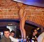 Une fille nue sur le bar et personne la calcule ? Ca doit etre la finale de la coupe du monde :)