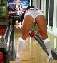 Elle ne porte pas les chaussures reglementaires pour jouer au bowling mais c est pas grave :p