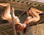 Lesbiennes acrobates : deux filles a poil se roulent des pelles suspendues la tete en bas :p