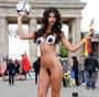 Micaela Schaefer fait un fast body painting nue en public pour l Euro 2012 !