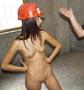 Ouvriere nue : voila l ouvriere du jour qui se balade et fait des travaux nue sur un chantier