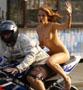 Il se fait arreter en moto par les flics avec sa femme a poil