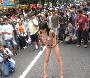 Elle pisse en public devant plein de mecs qui la mattent