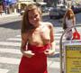 Rouquine coquine : une petite rousse nue sous sa robe s exhibe discretement en centre ville