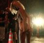 Une belle blonde fait un strip tease pour donner le depart d une course de rue illegale !
