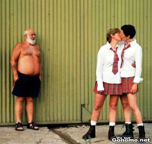Des lesbiennes en tenue de collegienne se roulent des pelles. Papy est choque !