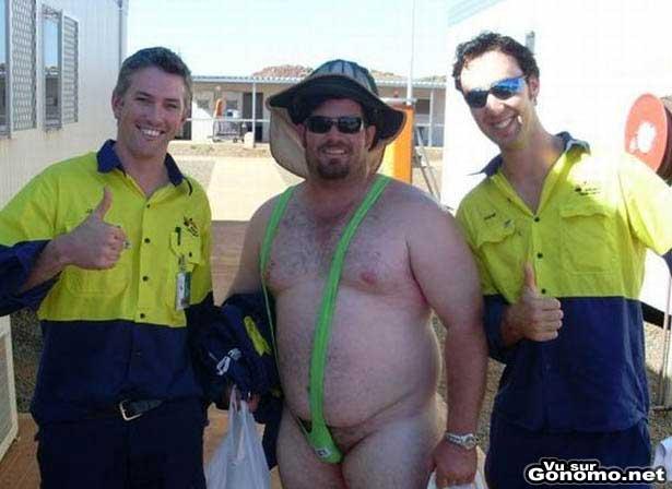 Un ouvrier qui a perdu un pari avec ses collegues doit porter le string de Borat pendant son boulot