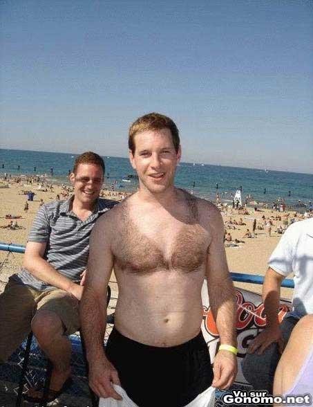 Un mec avec un joli soutien gorge avec les poils de son torse :)