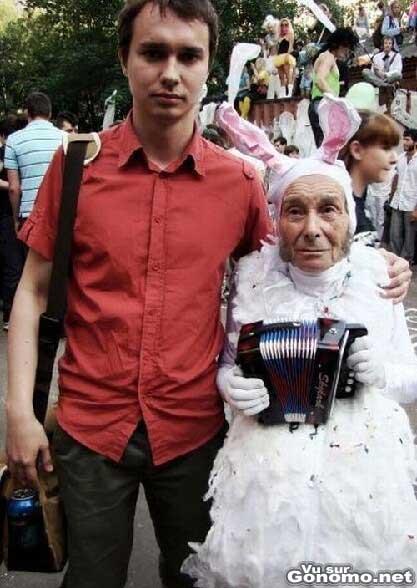Elle est vraiment tres sexy cette lapine avec son accordeon :)