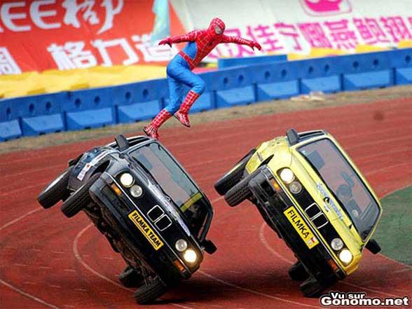 Une belle cascade de notre hero spiderman entre deux automobiles