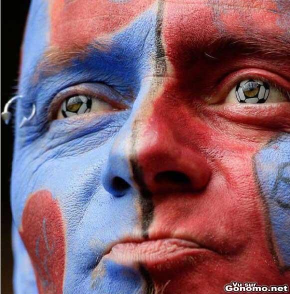 Un supporter de football qui a mis le paquet niveau maquillage. Sympa les lentilles en ballon !