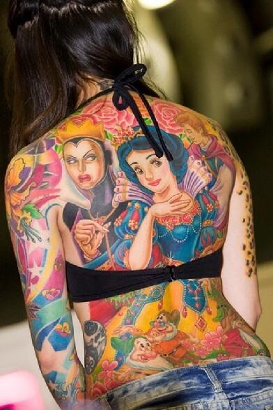 Enorme tatouage Blanche Neige et les 7 Nains sur la totalite du dos de cette belle brune
