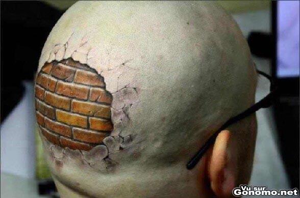 Brick tattoo : un super tatouage en relief a l arriere du crane de ce gars