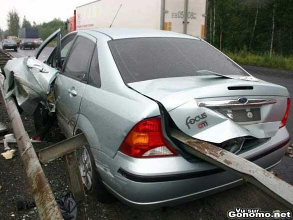 Un accident insolite avec une voiture transpercee ! :o
