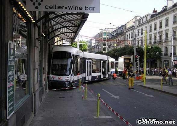 Sortie de rail pour ce tramway qui vient s ecraser dans un immeuble