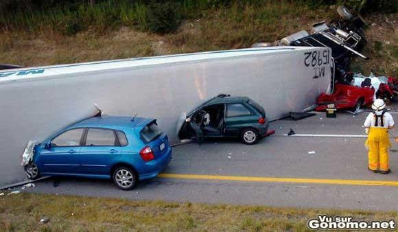 Ils essayent de passer a travers un camion