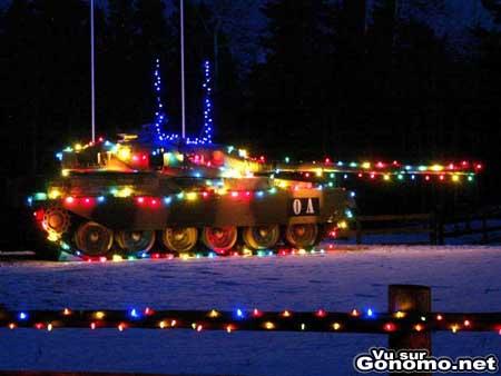 Un tank de l armee recouvert de decorations de noel, c est plus sympa !